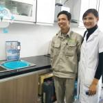 Chuyên gia nước hỗ trợ khách hàng lắp đặt máy tạo nước ion kiềm Tyent